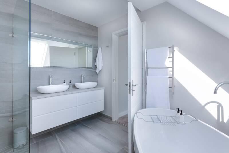 Comment protéger les canalisations de votre salle de bain