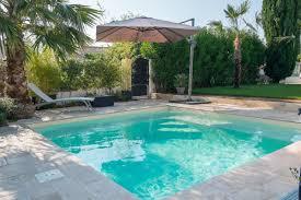 Avantages infinis pour une piscine arrière